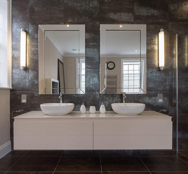 Những thiết kế gương này cũng thường được sử dụng để thay thế cho những chiếc gương dài chạy dọc phòng tắm.