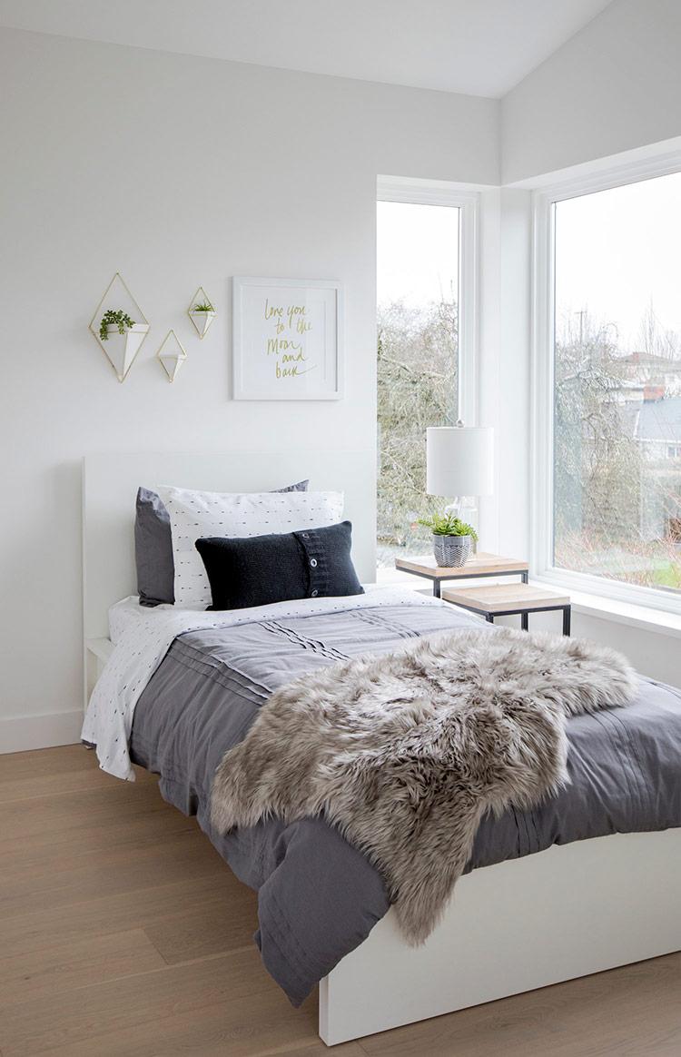 Phòng ngủ ấm cúng với chăn gối trải đều, đặc biệt gam màu xám nhẹ quá đỗi hài hòa.