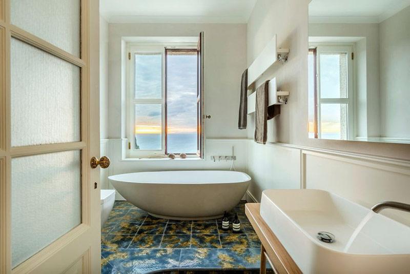 Trong trường hợp bạn phân vân thì hãy yên tâm vì chính các nhà thiết kế đã chỉ ra rằng bồn tắm với hình dạng elip là rất phù hợp cho cả phòng tắm lớn và nhỏ.