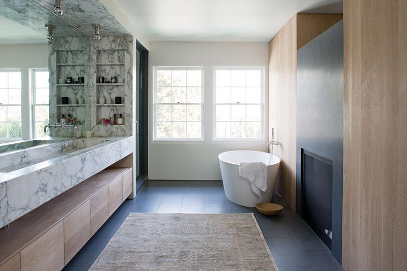 Bồn tắm hình elip mang tới cho không gian phòng tắm nhà bạn cảm giác nghệ thuật tinh tế.