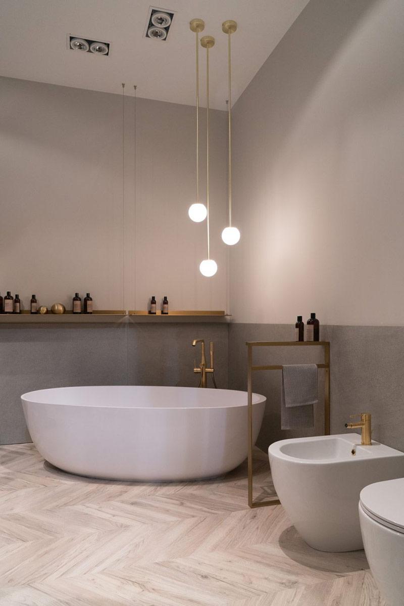 Sử dụng thiết kế đèn chiếu sáng cách điệu để giữ cảm giác quyến rũ cho phòng tắm vào buổi đêm.