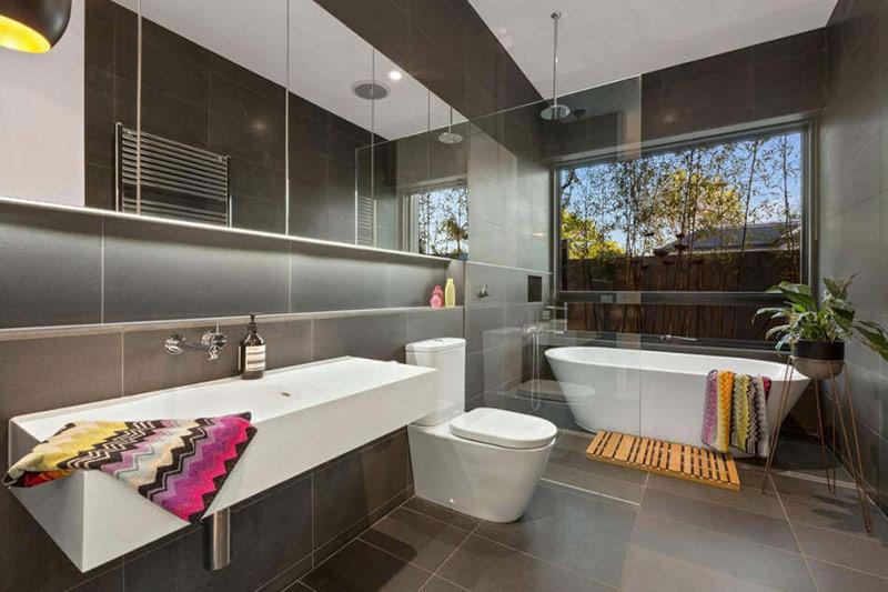 Nơi tốt nhất để đặt bồn tắm sẽ là bên cửa sổ. Bạn có thể đặt một chậu cây hoặc hai chậu bên cạnh bồn để tạo ra một trang trí giống như khu vườn.