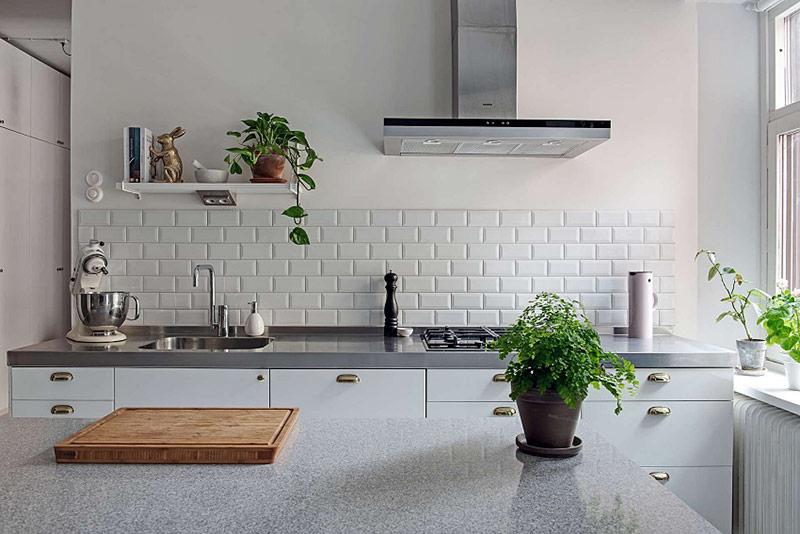 Bàn đá cẩm thạch cùng cây xanh càng tôn lên sự sang trọng của căn hộ.