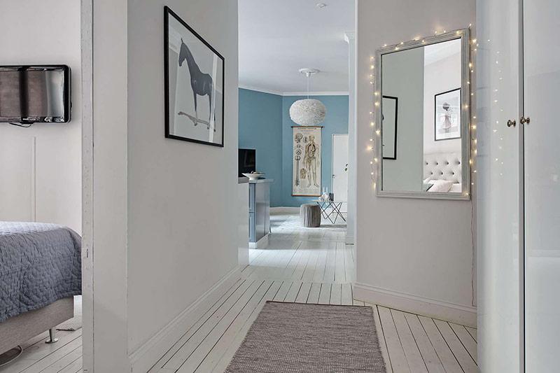 Chủ nhân căn nhà khéo léo bố trí tranh treo tường dọc hành lang.