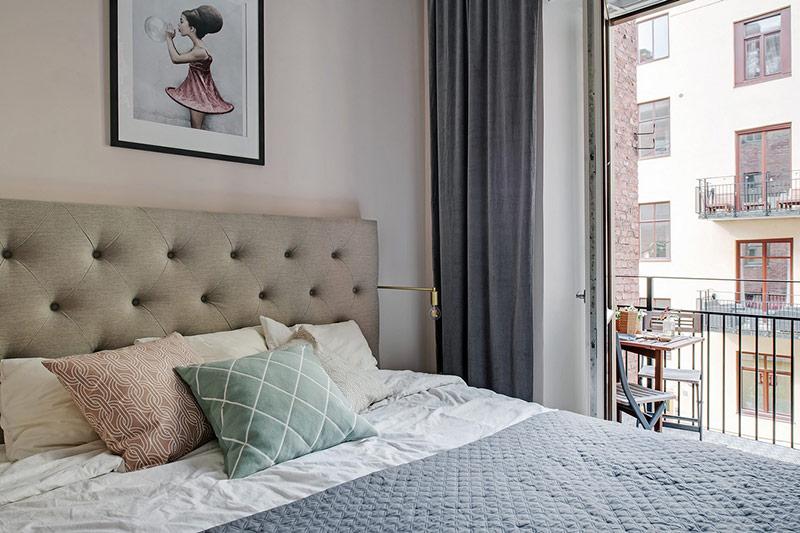 Phòng ngủ với nội thất đơn giản được thông với ban công.