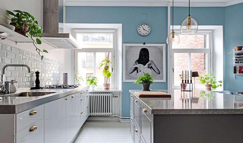 Dựa trên tông màu trắng tinh khiết có sẵn, căn nhà được tân trang lại trông thanh lịch và tinh tế.